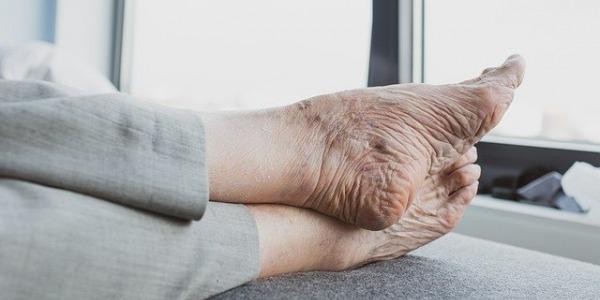 ¿Cómo cambian nuestros pies cuando envejecemos?